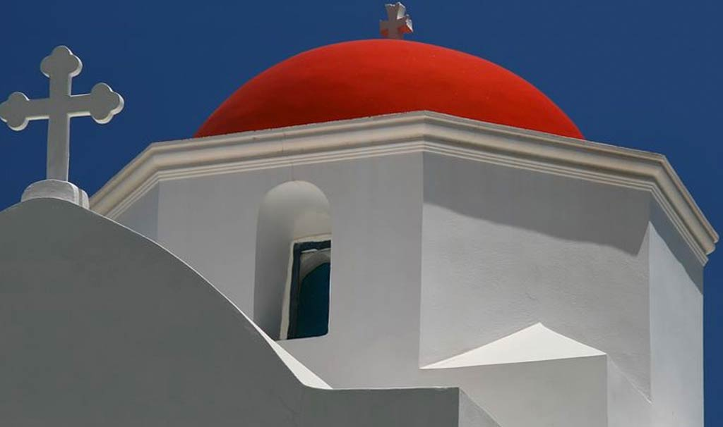 Kira Panagia sorvegliata da una chiesa bianca con la cupola rossa