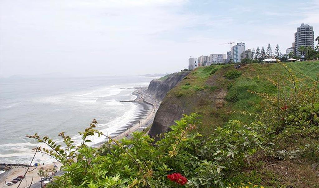 A Miraflores non mancano il traffico, i grattacieli, i rumori e la garua ma si passeggia tra giardini profumati con vista su spiaggia e oceano