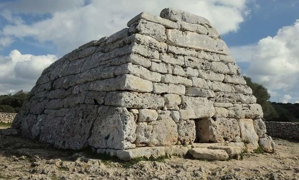 Minorca è anche l'isola della pietra anche per le affascinanti rovine della civiltà dei Talayot