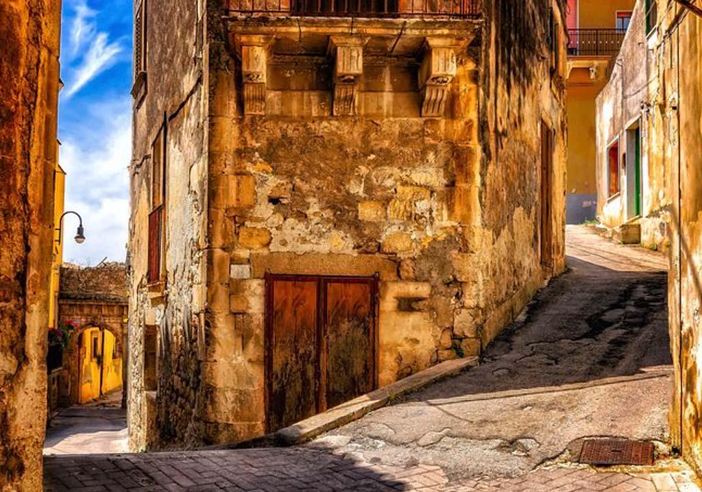 Val di Noto, la pietra chiara calcarea, con le sue sfumature dorate e rosate