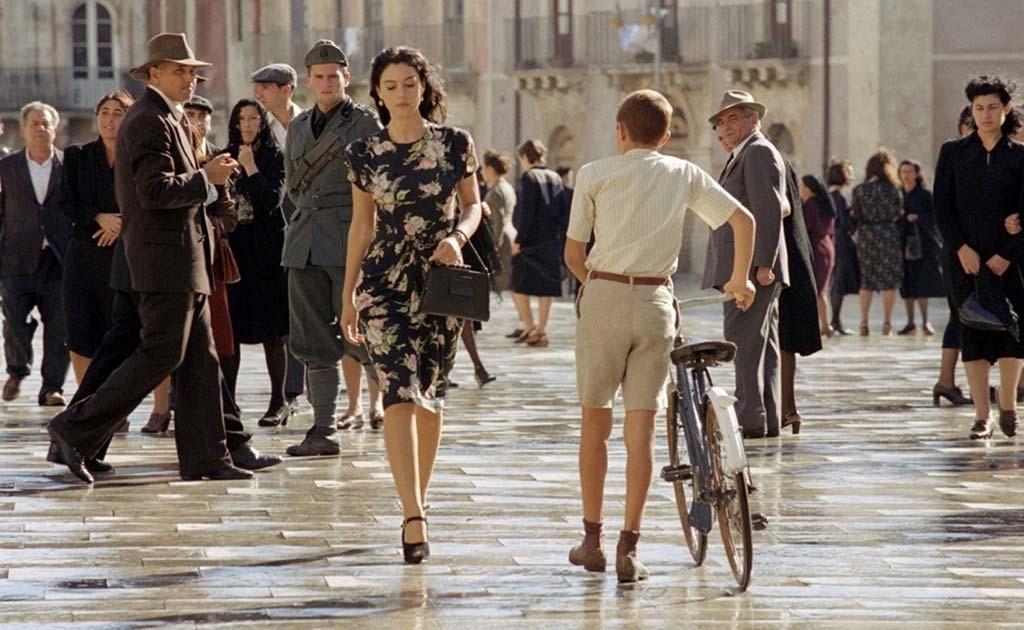 """la camminata più invidiata della storia del cinema moderno, quella di Monica Bellucci in """"Malena"""" di Giuseppe Tornatore"""