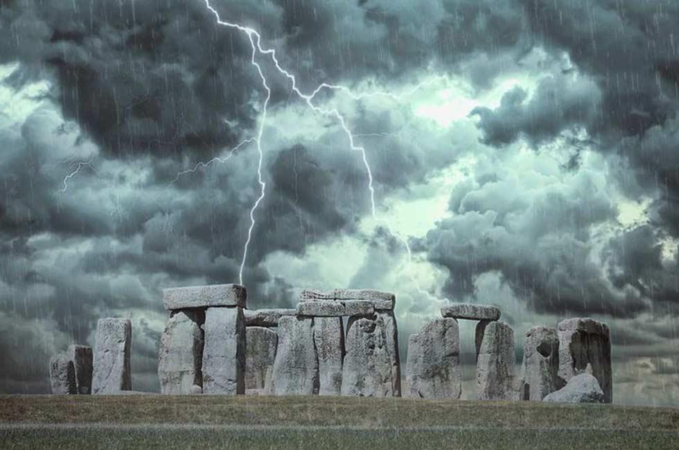 stonehenge nelle notti scure di pioggia e di nebbia