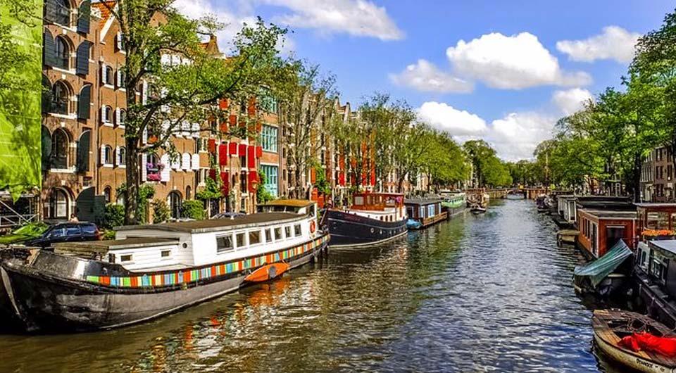 Il cuore di Amsterdam è percorso da una fitta schiera di canali