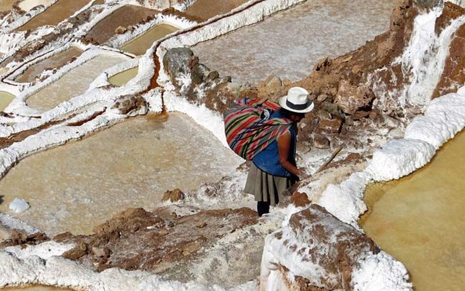 A Maras i terrazzamenti li crearono gli Incas, convogliarono in un canale le acque ricche di salgemma sgorganti dalla roccia