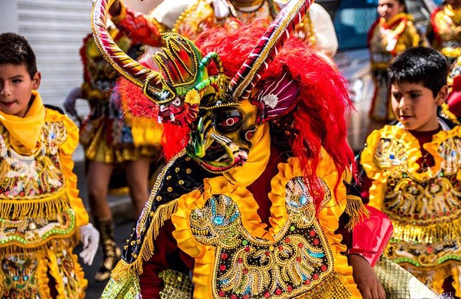 si assiste e si partecipa a processioni, preghiere, balli e mangiate
