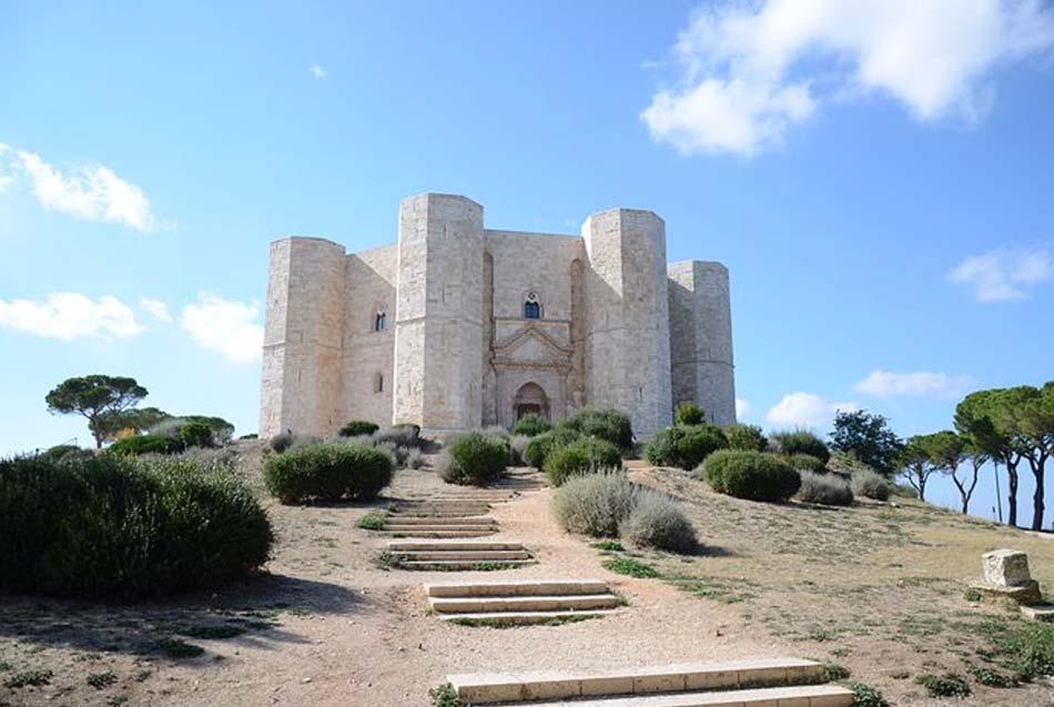 un castello di caccia o di vacanza, quello di Federico II di Svevia nel cuore delle Murge: Castel del Monte