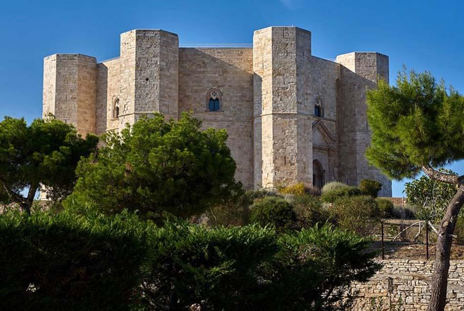Castel del Monte rimasto solitario nel cuore delle Murge