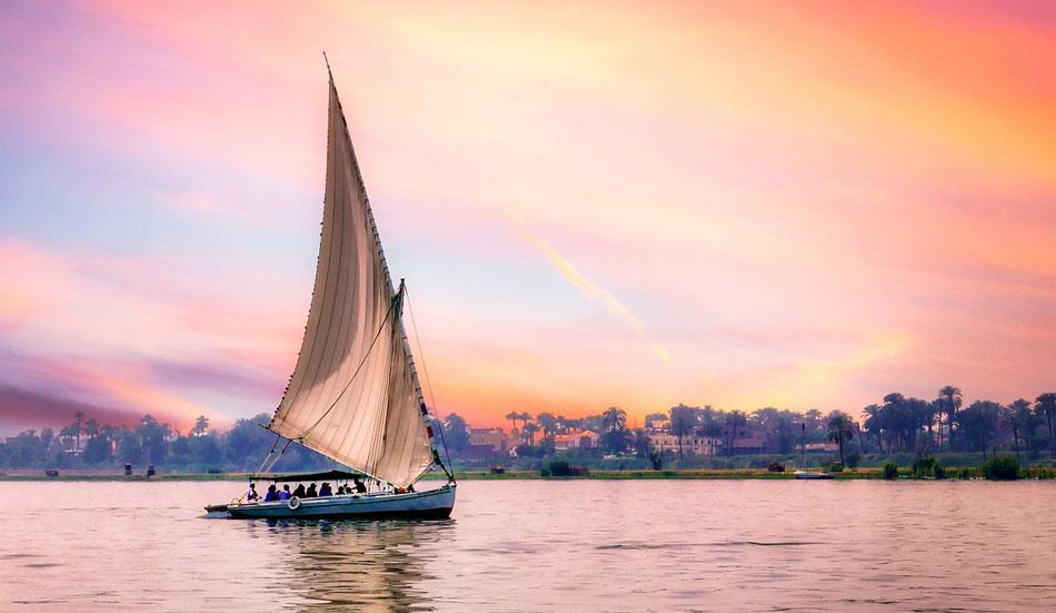 oppure fare in giretto in Feluca, la tipica imbarcazione