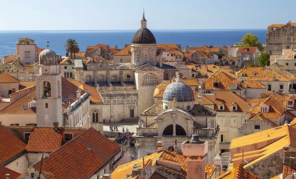 Dall'alto e dal mare Dubrovnik appare molto poetica coi suoi tetti rossi da cui svettano campanili in pietra