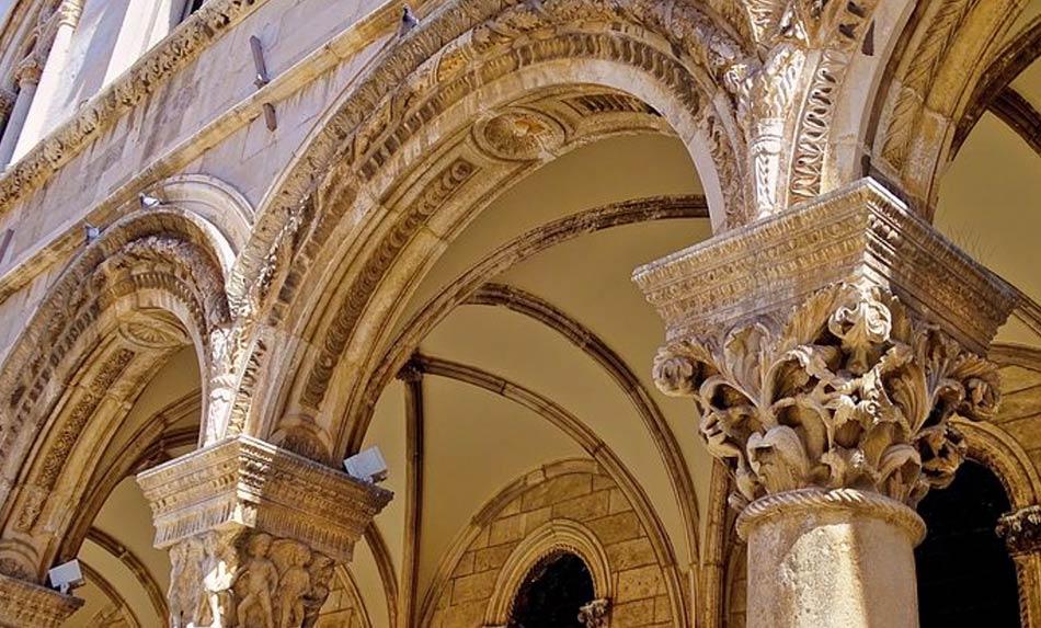 le facciate dei numerosi Palazzi storici di tutti i secoli e tutti gli stili come il Convento Francescano