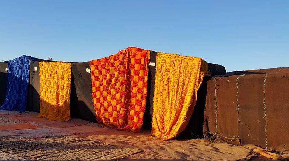 I colori ritornano nei mercati perché ai bordi del Sahara le oasi diventano paesini