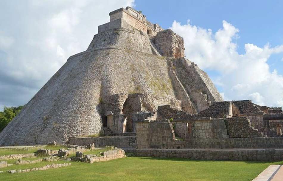 la piramide più alta e più ripida, ornata dalle maschere dell'inquietante dio Chac