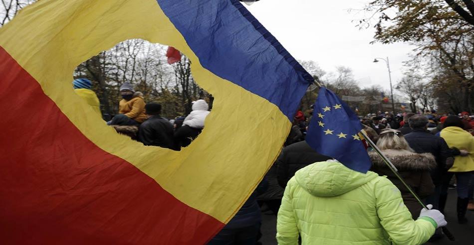la bandiera romena col buco in mezzo dei tempi della rivoluzione