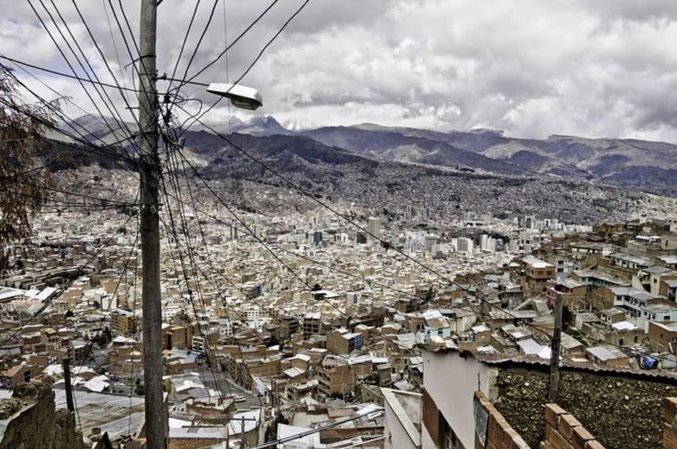guarda le montagne illuminate di questo pezzo di Bolivia povero ma a suo modo poetico.
