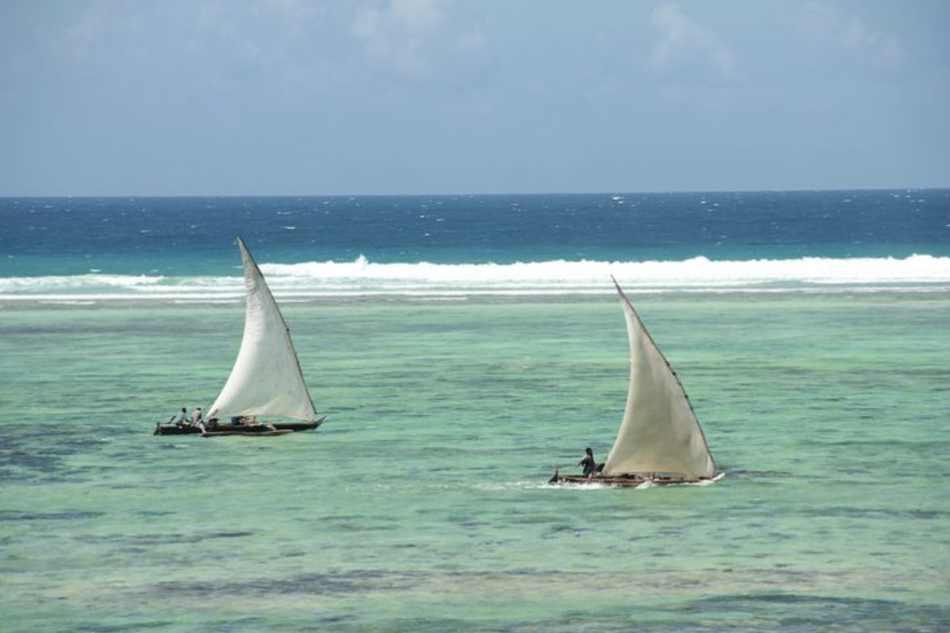 Il reef selvaggio all'orizzonte con le vele che non osano avvicinarlo.