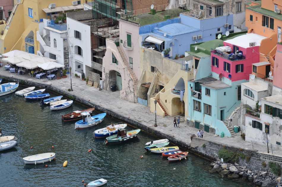 Tra le due isole delle Eolie e del Golfo di Napoli la storia si sviluppa in modo felice