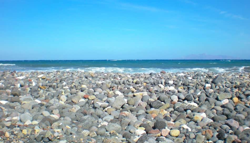 La spiaggia era sassosa e lambita da un acqua cristallina che ci invitava a tuffarci