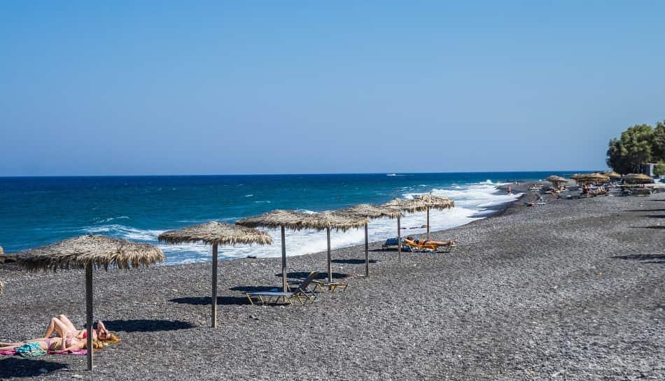 la spiaggia di kamari, una lunga distesa di sabbia scura