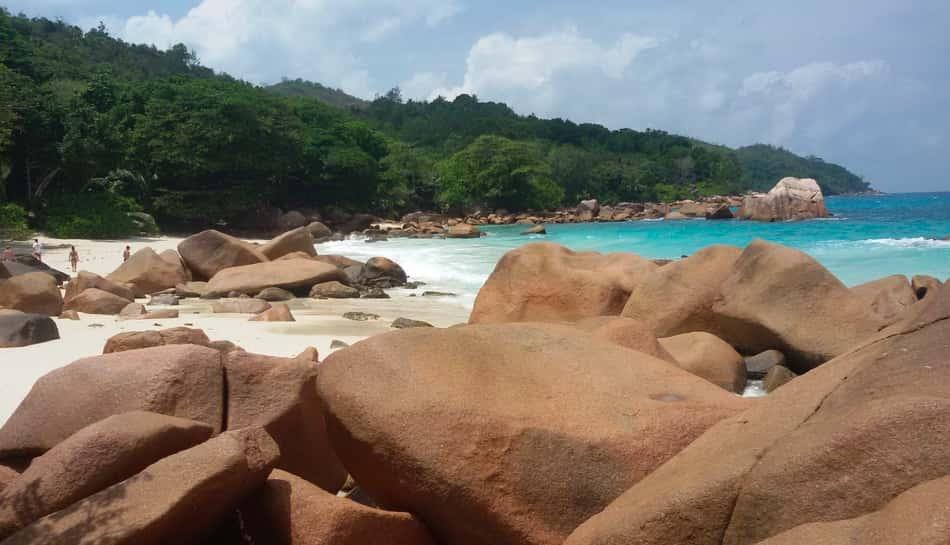 mare azzurro, sabbia bianchissima ed enormi massi dai vari colori levigati dal vento