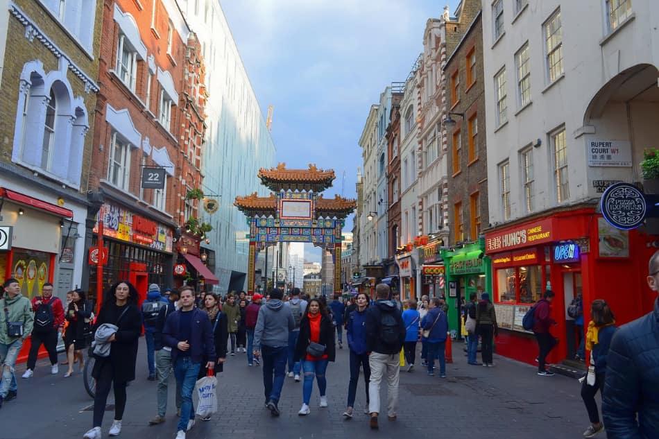 Londra con tantissima gente e tantissime etnie diverse