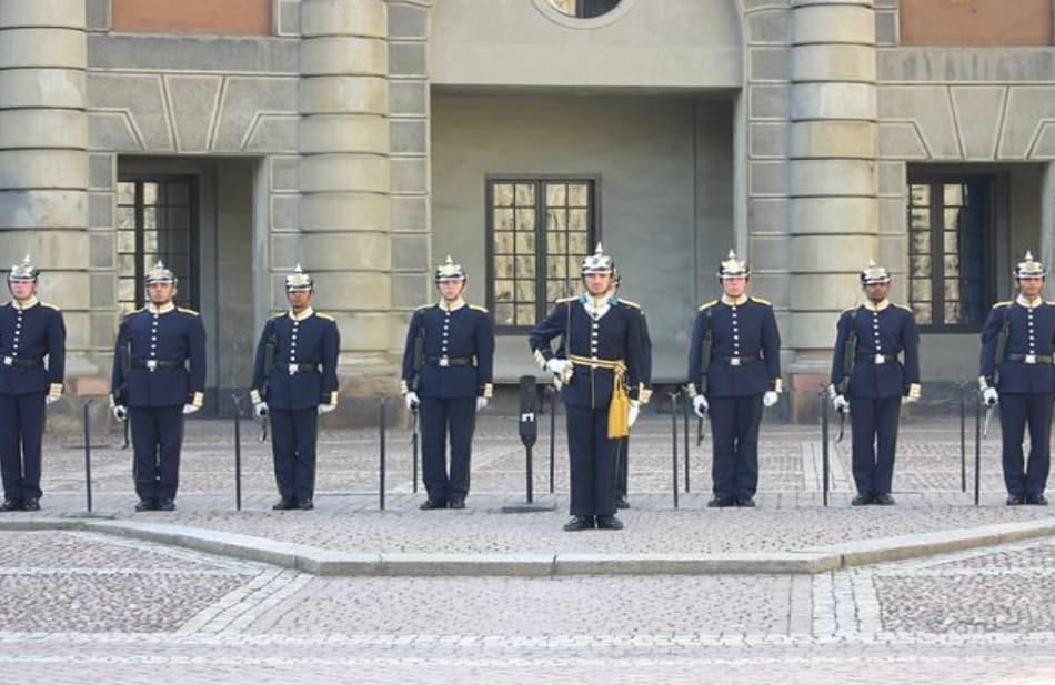 la mole squadrata del Palazzo Reale col cambio della guardia puntuale ogni giorno alle 12.15