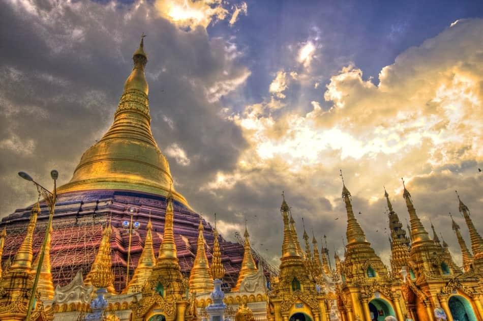 Nelle mille pagode birmane si accendono candele e bastoncini di incenso