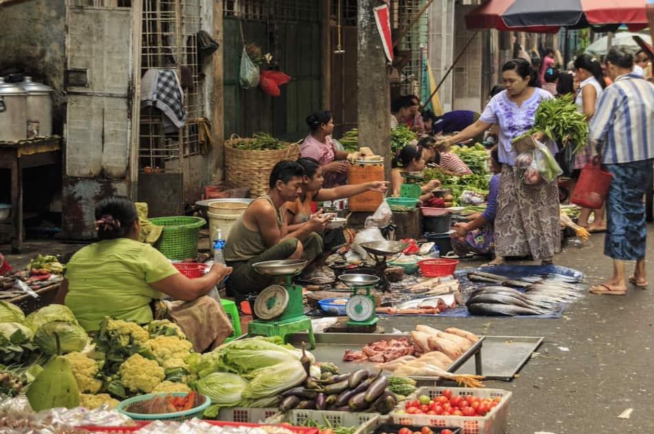la mescolanza continua che esiste nella moderna Birmania tra il sacro e il profano