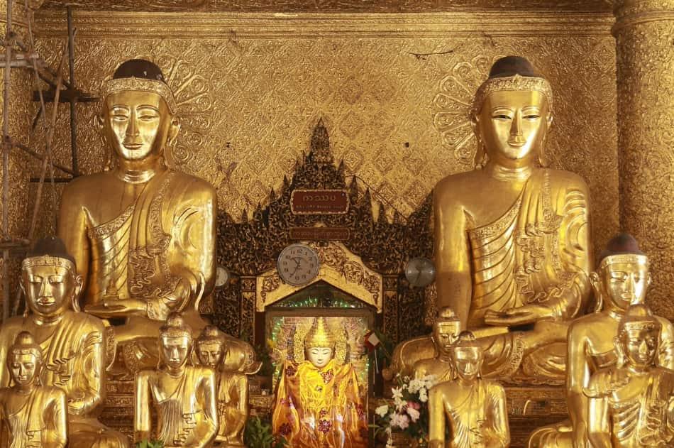 nel magnifico corridoio di ingresso tutto rivestito d'oro