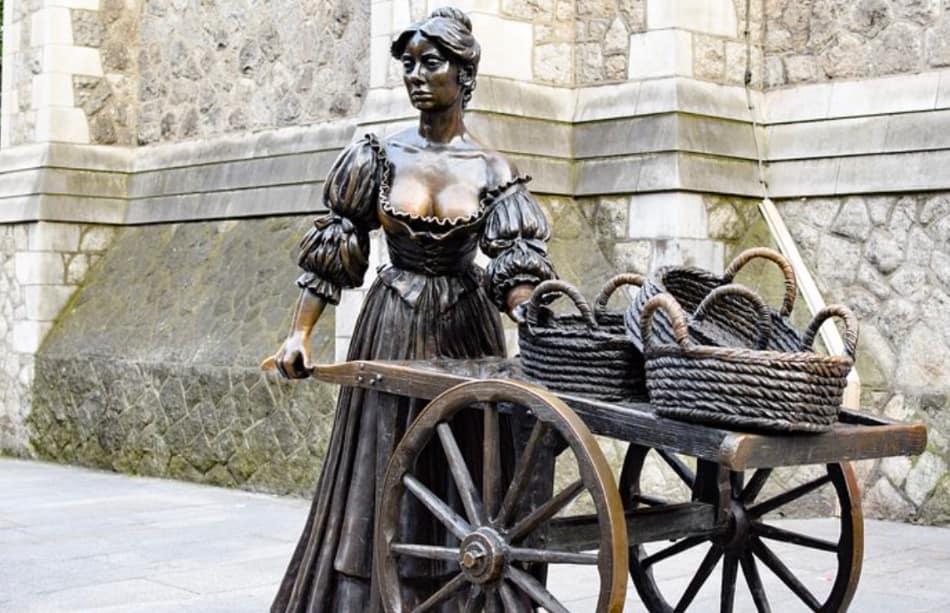 la statua della procace pescivendola Molly Malone