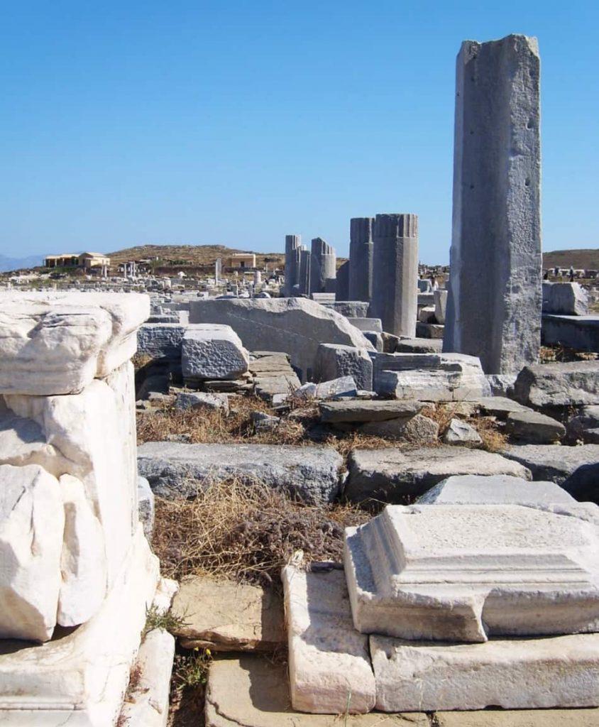 I micenei portarono qui il culto di Apollo, dio della luce e della musica