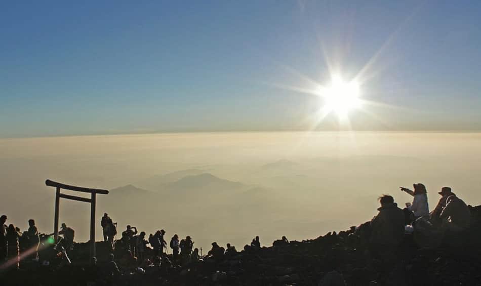 si galleggia già sopra qualche nuvola e si arriva in cima e in modo agevole in massimo 8 ore di cammino