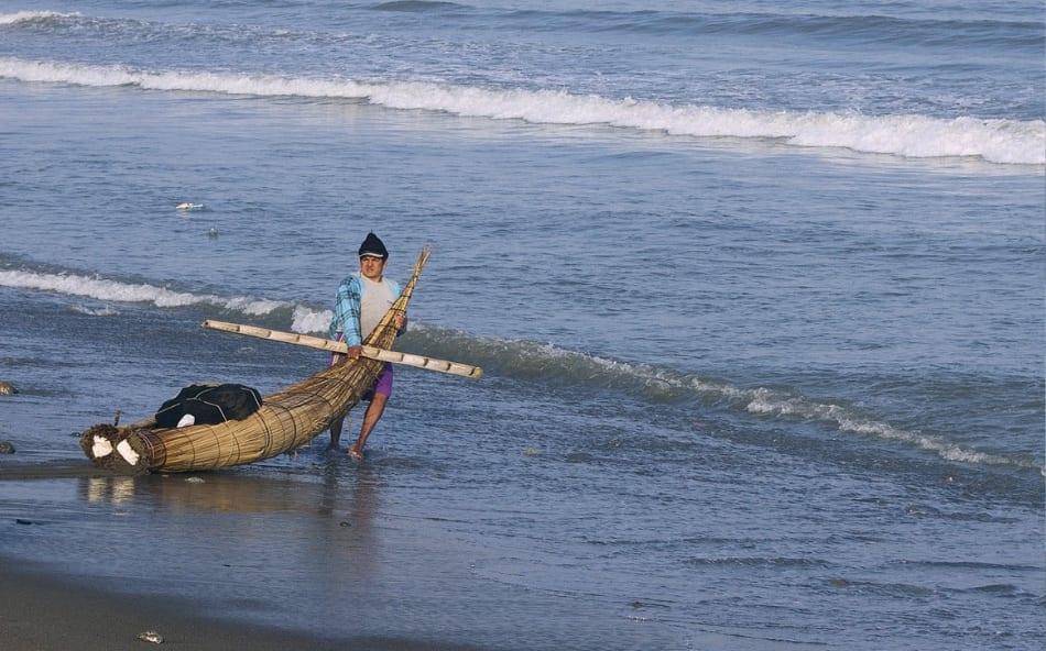 affrontano il gelido Pacifico sulle loro lance di paglia, chiamate caballitos de totora