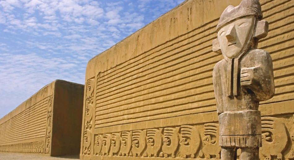 Quello che si vede è incredibile: un piccolo mondo d'argilla, resti dei palazzi Chimu