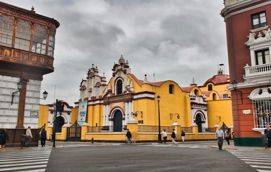 il rosso scarlatto , il blu brillante, il giallo acceso delle facciate delle chiese e delle case