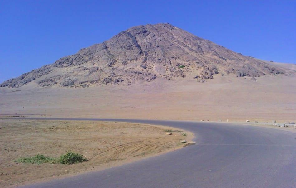 Visto da lontano il Cerro Blanco presenta degli evidenti buchi nelle sue alte pareti