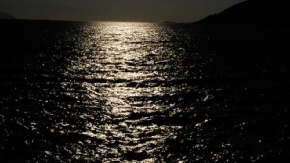 Intanto la nave va, fronteggia il tramonto, avanza nel mare nero