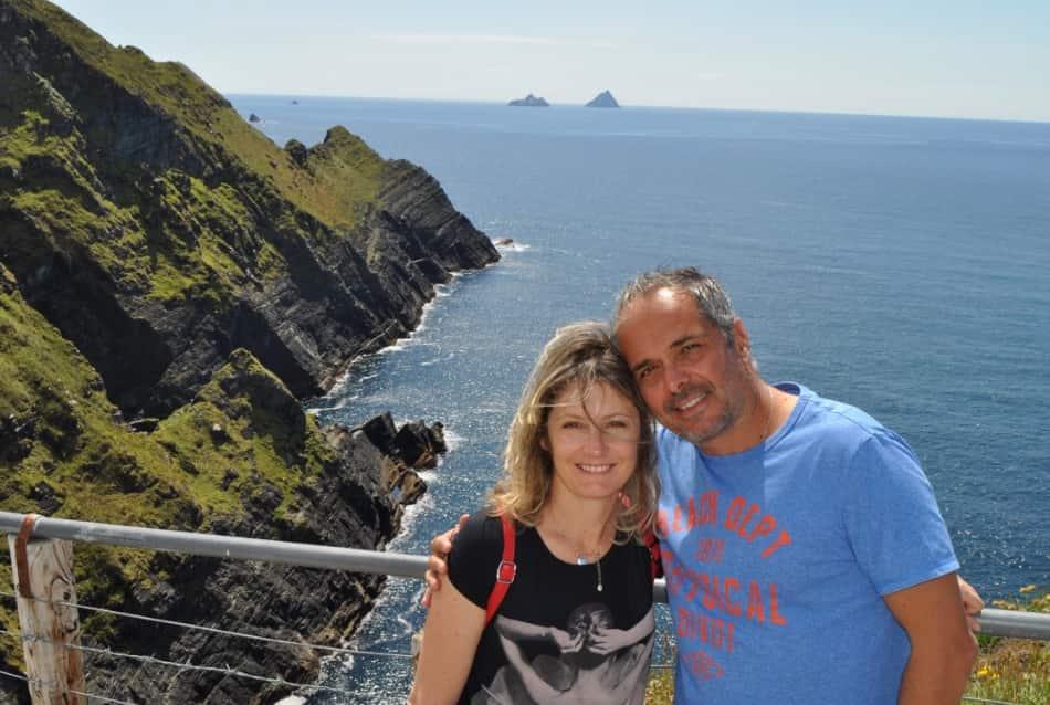A metà percorso, possenti, scure, abbagliate dalla luce nitidissima dell'Atlantico, ecco le scogliere del Kerry