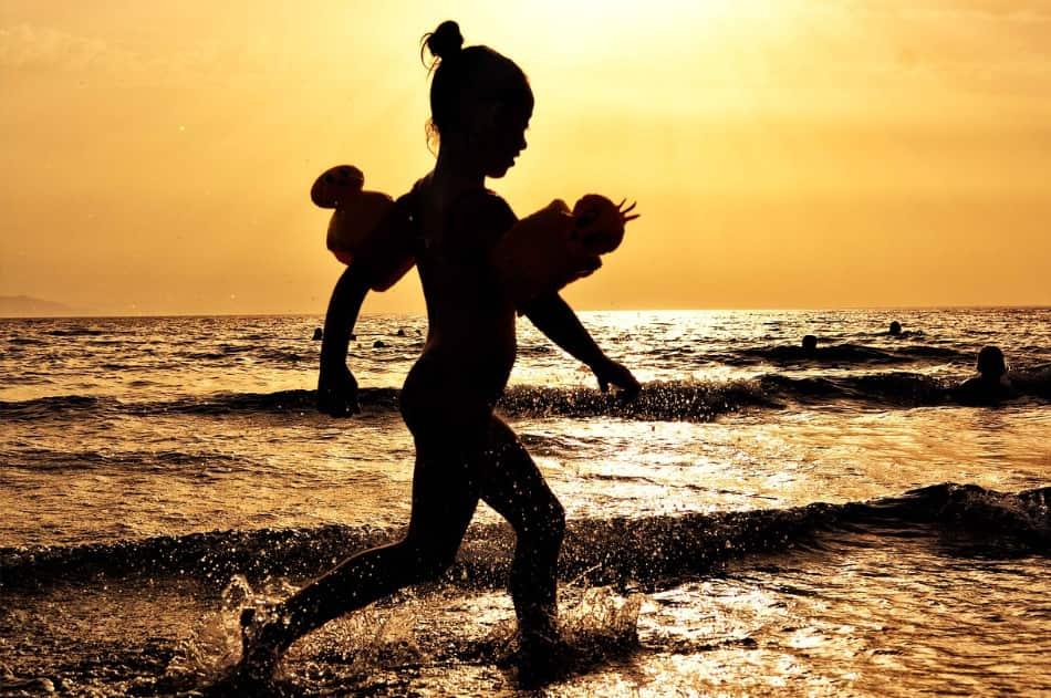 """l'acqua è bassa per diversi metri, per cui le bambine sono state """"a mollo"""" tutti i giorni"""