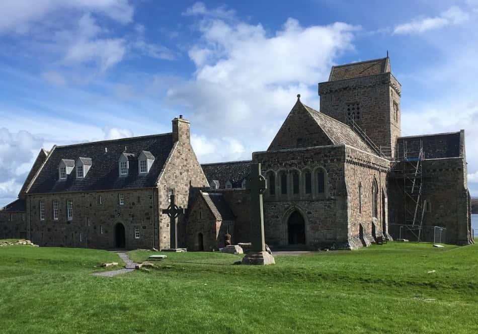 i raggi del sole trovano spazio tra i nuvoloni e si gettano sulla vecchia abbazia