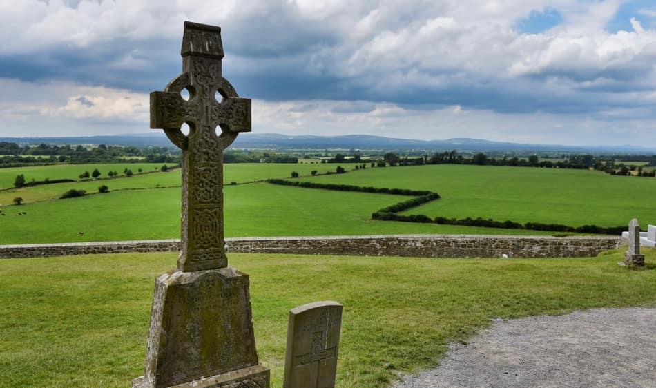 un piccolo e poetico cimitero con le croci celtiche