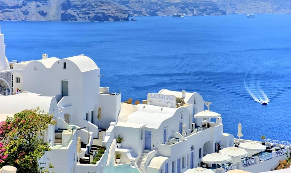 dedichiamo le mattinate alle escursioni. Tra quelle guidate, consiglio Atene e Fira a Santorini