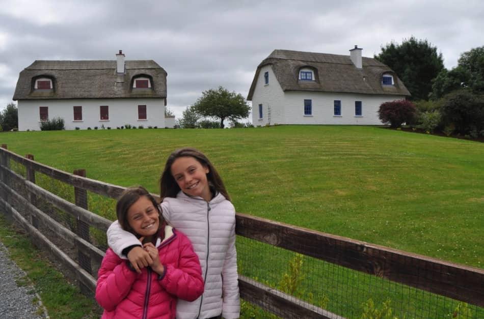 facciamo le foto ai suoi cottages dai tetti di paglia