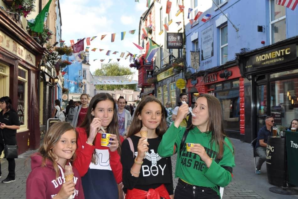 Ci sono tanti studenti a Galway. E tanti turisti.