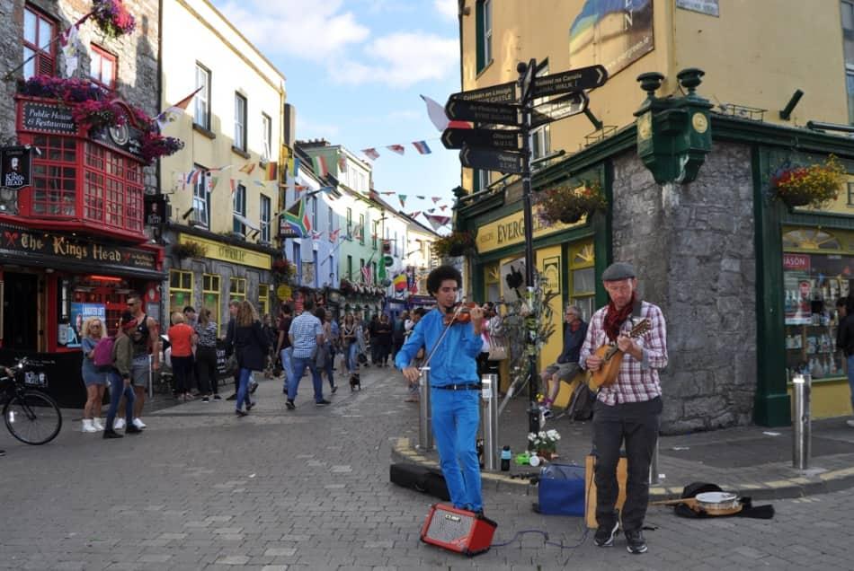 Insomma Galway si scopre tra tranquille passeggiate, storici pub, atmosfera allegra e vibrante