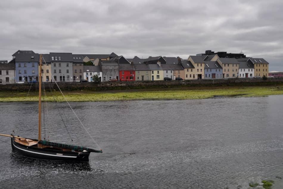 col sobborgo marinaro di Claddagh dal quale una foto alla lunga fila di case colorate