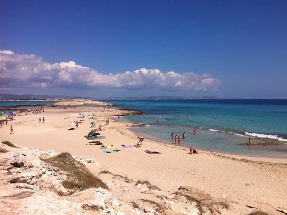 le feste eccitanti nei chiringuitos sulla spiaggia di Ses Illetes.