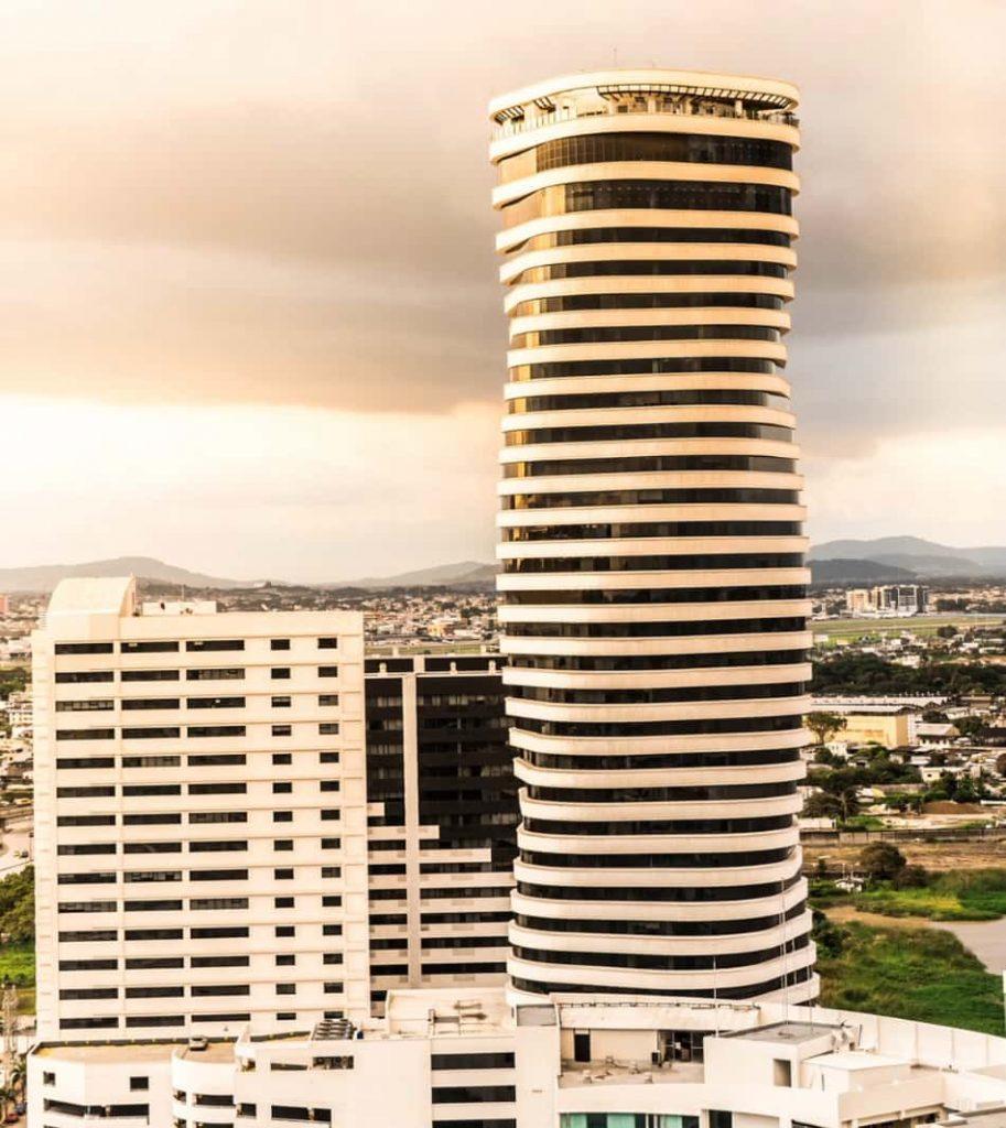 C'è anche una Guayaquil più godibile, quella di alcune vie centrali e moderne, piene di macchine, negozi, grattacieli.