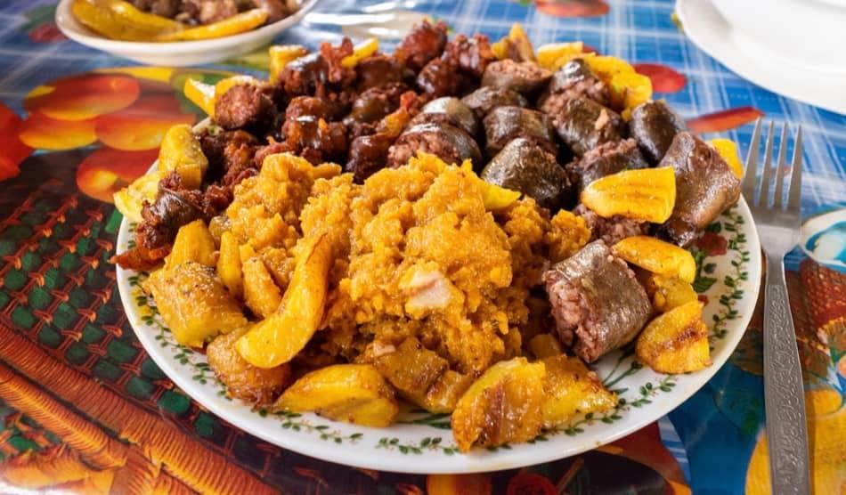 maiali fritti col mais e le immancabili patate e pinte di aguardiente