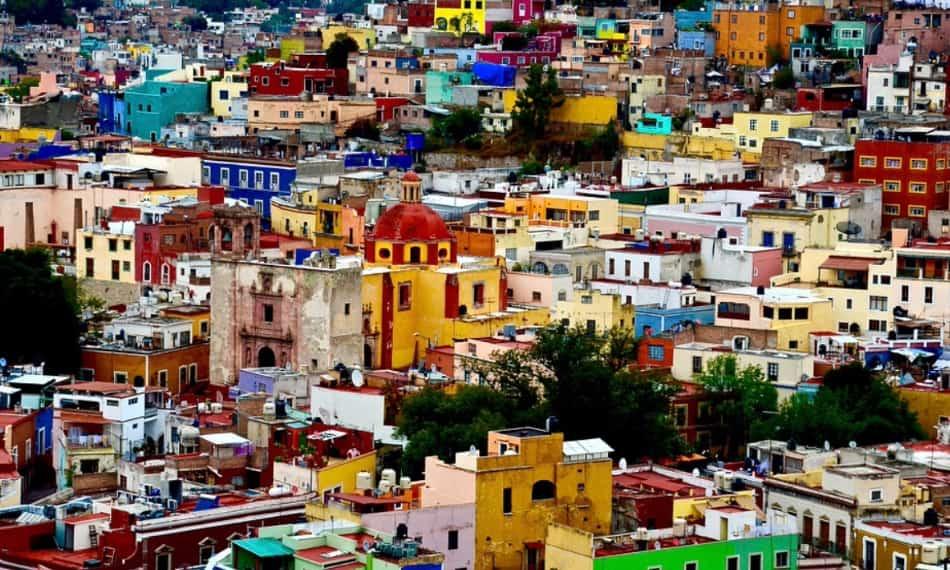 nei saliscendi colorati delle scalinate, delle terrazze, delle colline