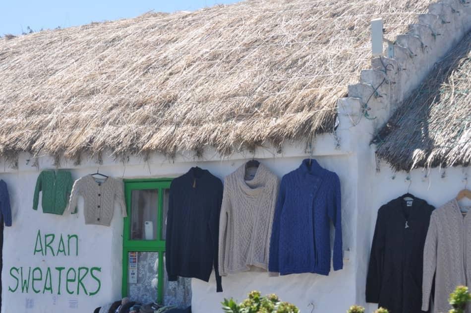si producono i famosi maglioni in lana ecru, bianchi, caldi, pesanti, adatti al mare e al vento